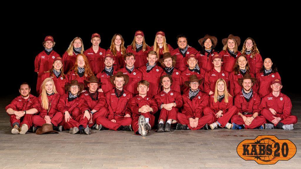 Flot billede af 31 KABS i røde cowboy kostumer